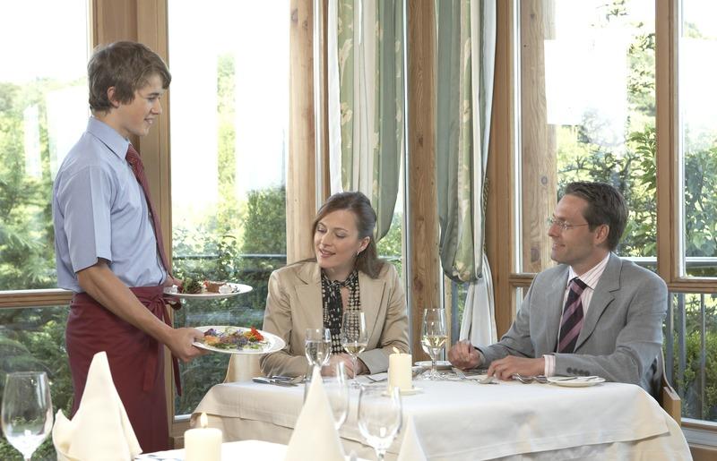 Tourismus Gastgewerbe Hotellerie- Kellner.jpg